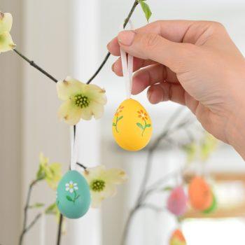 An Easy & Sweet Easter Egg Tree