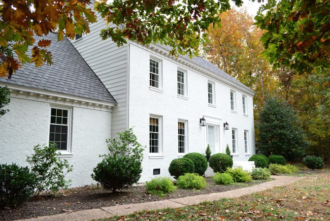 moderne white painted brick house with blue door