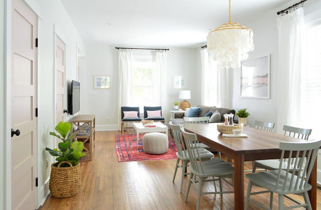 Öffnen Sie Wohn- und Esszimmer im hellen Strand-Haus mit rosa Türen
