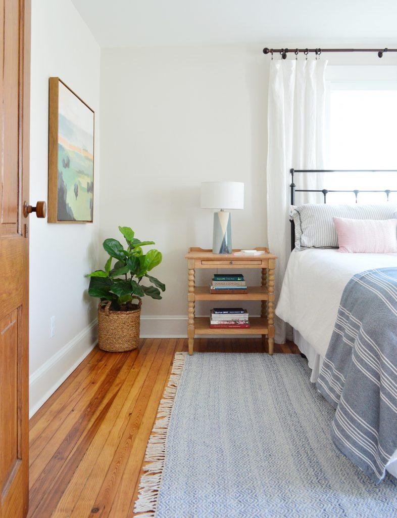 Beach House Front Schlafzimmer mit blauem Teppich und Nachttisch aus Holz