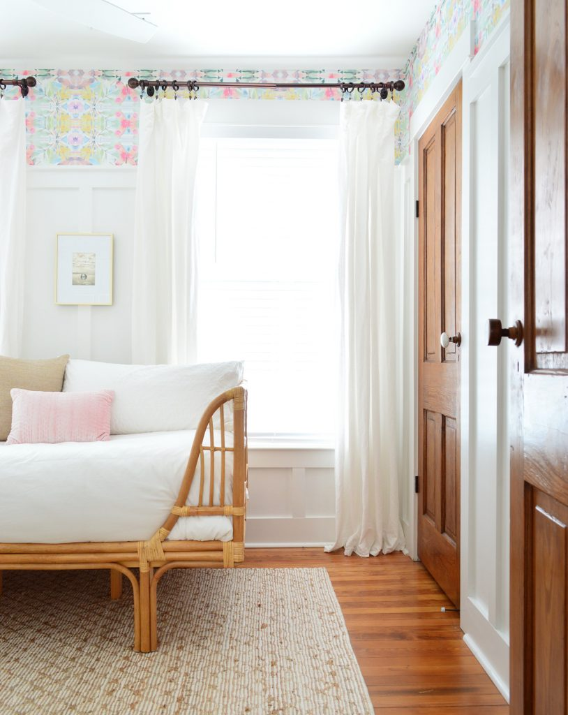 Schlafzimmer Mit Holztüren Und Peel Und Stick Wallpaper Mit Rattan Daybed