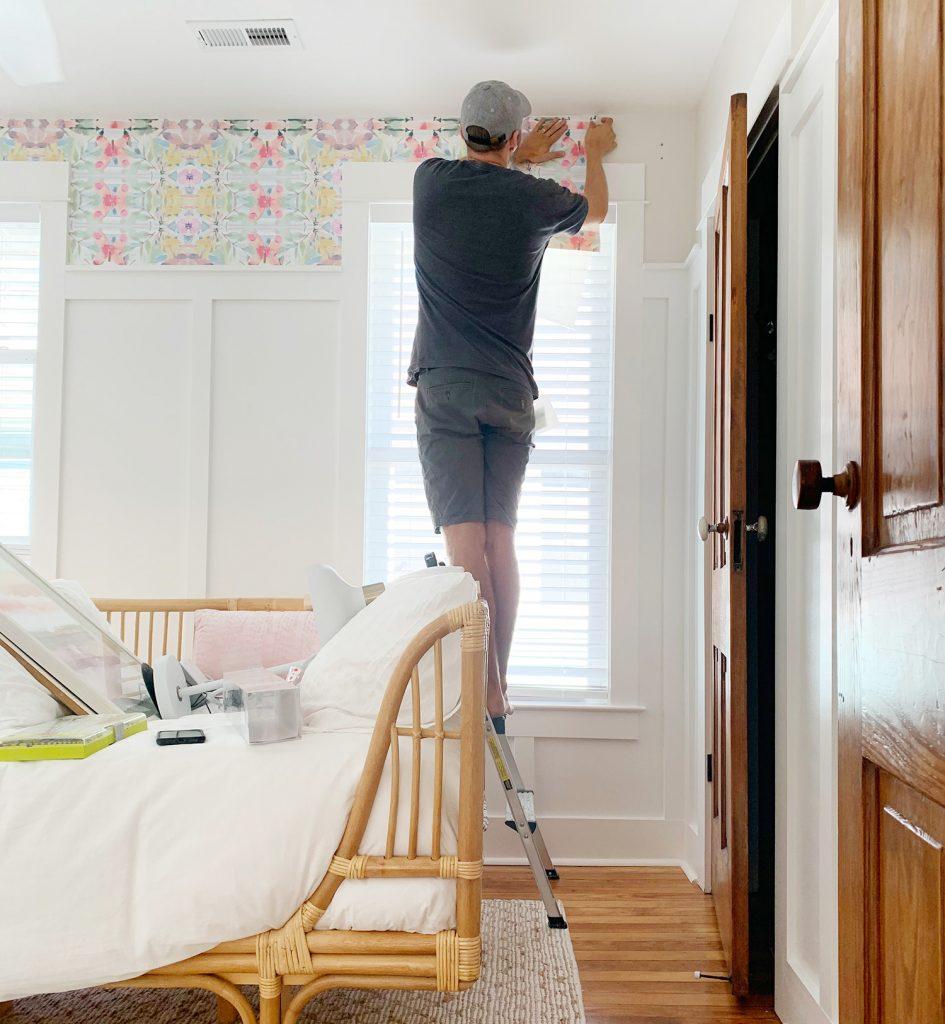 John, der Blatt der Schale und der Stock-Tapete über Fenster haftet