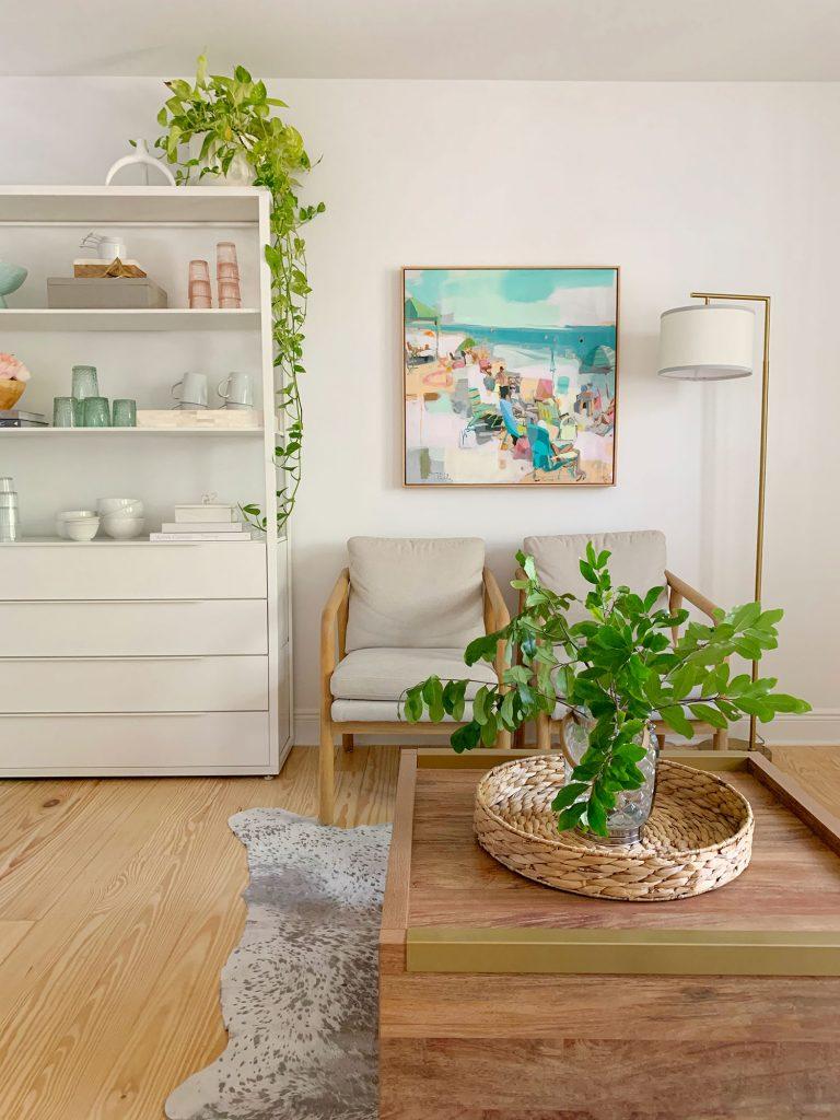 Oldalnézetből ülősarok növényekkel a dohányzóasztalon, és lóg a konyhai polcon