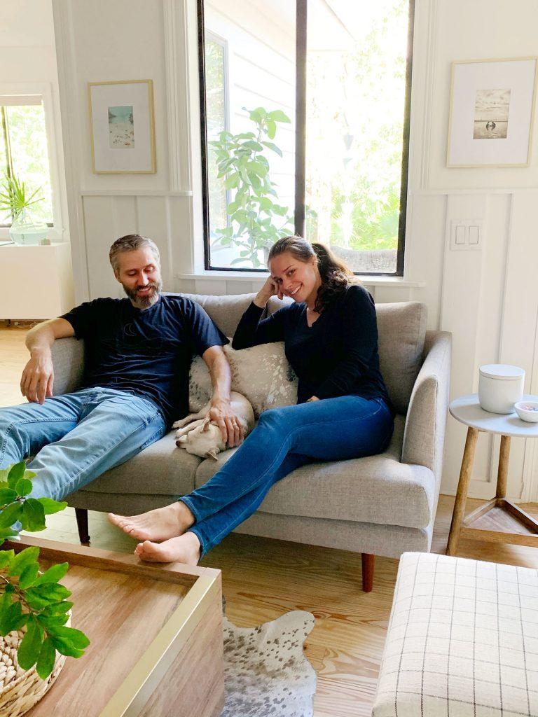 John és Sherry csivavával ülnek a szürke szerelmesülésen együtt