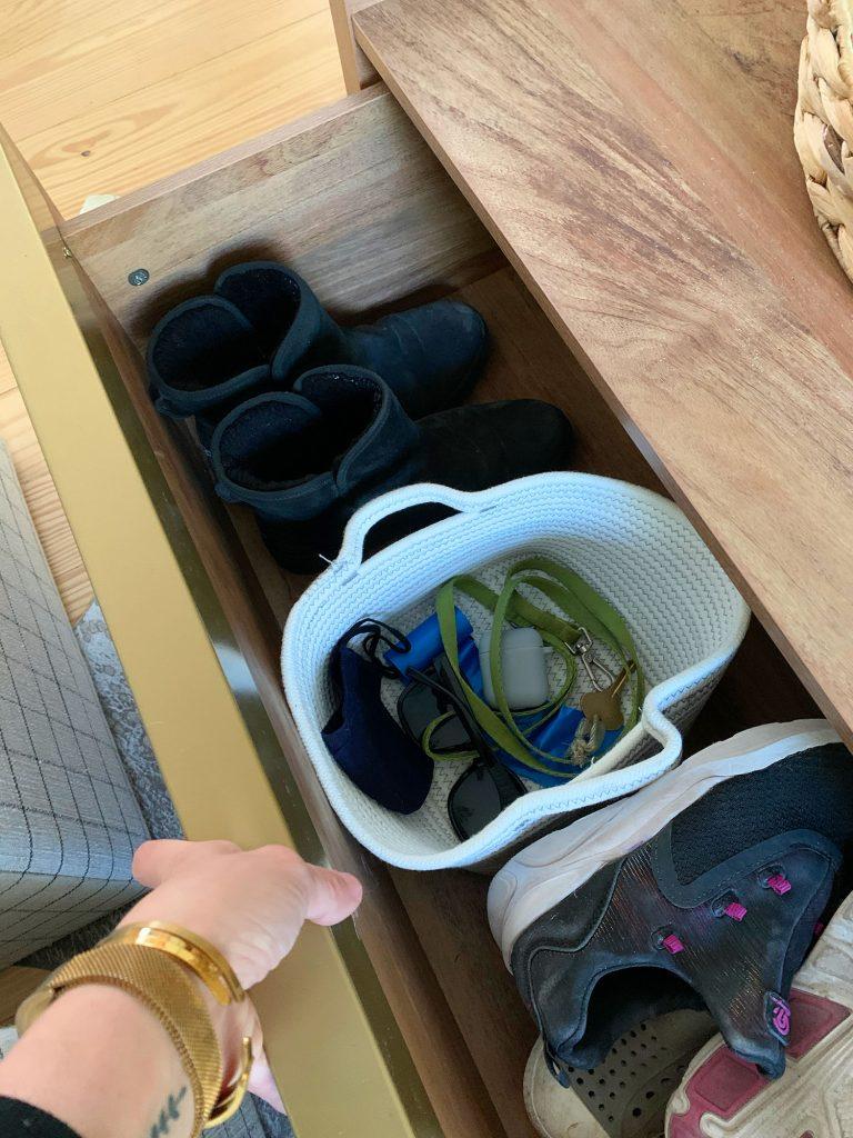 Nyissa meg a fiókot a fa tároló dohányzóasztal cipő és kosár kulcsokkal