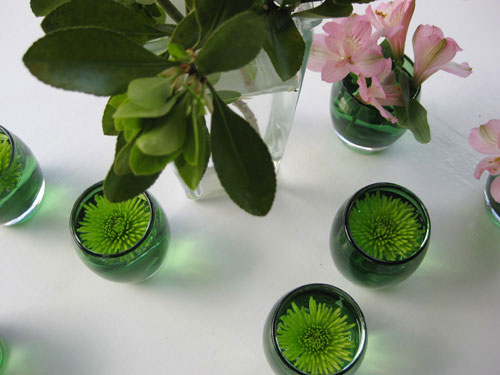 flowers-floating-in-small-vases-mums